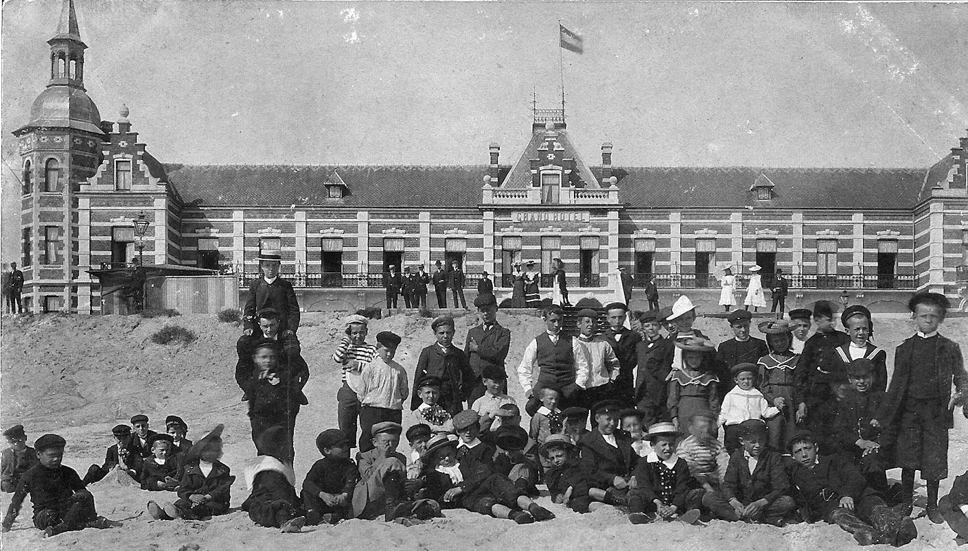 Grand_Hotel_des_Bains_groep_strand_1899